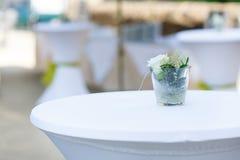 Ramalhetes do casamento das rosas na cerimônia exterior. Foto de Stock Royalty Free