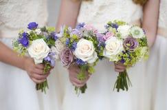Ramalhetes do casamento prendidos por damas de honra Imagens de Stock Royalty Free