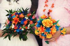 Ramalhetes feitos a mão do casamento do papel colorido nas mãos Imagens de Stock Royalty Free