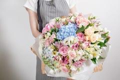 Ramalhetes luxuosos de flores misturadas nas mulheres das mãos Imagem de Stock Royalty Free