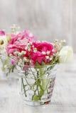 Ramalhetes minúsculos nos vasos de vidro. Decorações florais do casamento Imagem de Stock Royalty Free