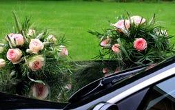 Ramalhetes nupciais que espelham no carro preto lustroso Fotografia de Stock Royalty Free