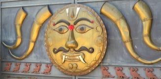 Ramanagara, Karnataka, India - Mei 29, Kleurrijk het Demongezicht van 2010 van de amulet van Drishti Bommai Stock Fotografie