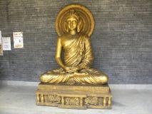 Ramanagara, Karnataka, Indien - 1. Januar 2009 goldene Farbsteinstatue von Lord Buddha in der Meditation Lizenzfreie Stockfotos