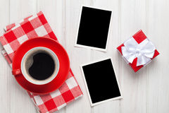 Ramar för foto för valentindagmellanrum, kaffekopp och gåvaask Royaltyfria Bilder