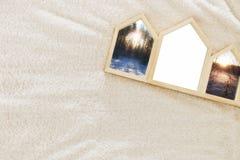 Ramar för foto för tom husform träöver hemtrevlig och varm pälsmatta För fotografimontage Skandinavisk stildesign Royaltyfria Foton