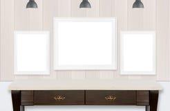 Ramar på den wood väggen och vitbakgrund Arkivbilder
