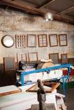 Ramar som hänger i pappers- fabrik Arkivbild