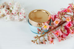 Ramas allí blancas y rosadas del árbol de castaña, creatina azul de la botella Fotos de archivo libres de regalías