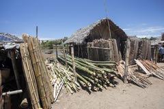 Ramas arregladas en un mercado en Madagascar septentrional foto de archivo