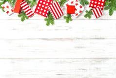 Ramas de árbol de abeto de los regalos del espacio de la copia de la decoración de la Navidad fotografía de archivo