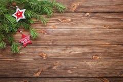 Ramas de árbol de abeto de la Navidad con las estrellas de madera en un backgr de madera Fotos de archivo libres de regalías