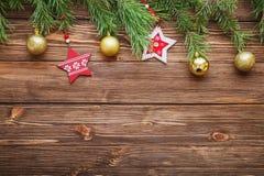 Ramas de árbol de abeto de la Navidad con las estrellas y la bola de madera de la Navidad Fotografía de archivo libre de regalías