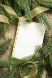 Ramas de árbol de navidad con la tarjeta de papel en blanco fotos de archivo