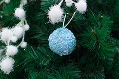 Ramas de árbol de navidad con los ornamentos nevosos blancos y la bola azul Fotos de archivo libres de regalías