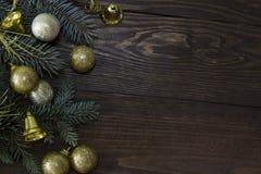 Ramas de árbol de navidad e igrudki de oro Imagen de archivo libre de regalías