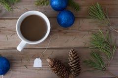 Ramas de árbol de navidad y taza de té Fotos de archivo