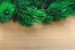 Ramas de árbol de pino sobre fondo de madera Imagen de archivo