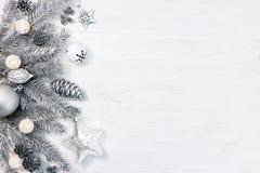 Ramas de árbol de navidad de plata adornadas con los juguetes, los conos y el GA Imagenes de archivo