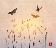 Ramas de árbol negras con las hojas frescas y las mariposas grandes en fondo del vintage Sumi oriental tradicional de la pintura  Foto de archivo libre de regalías