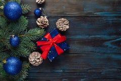 Ramas de árbol de pino de las decoraciones del Año Nuevo y de la Navidad, conos, juguetes azules de la Navidad en un fondo de mad Imágenes de archivo libres de regalías