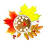 Ramas de la hoja de arce y del serbal del otoño con ashberry y la taza de café con la melcocha aislada en un fondo blanco Imagen de archivo