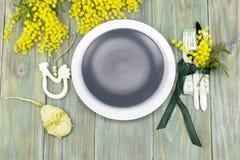 Ramas de la loza y de la mimosa en una tabla de madera imagen de archivo libre de regalías