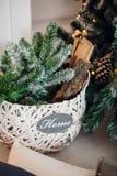 Ramas de la picea con los conos en la cesta debajo del árbol de abeto Tarjeta de la decoración de la Navidad y del Año Nuevo Fotografía de archivo libre de regalías