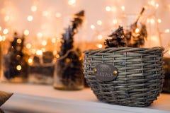 Ramas de la picea con los conos en la cesta debajo del árbol de abeto Tarjeta de la decoración de la Navidad y del Año Nuevo Fotografía de archivo