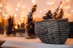 Ramas de la picea con los conos en la cesta debajo del árbol de abeto Tarjeta de la decoración de la Navidad y del Año Nuevo Imagen de archivo libre de regalías