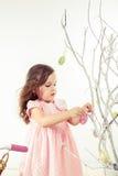 Ramas de la primavera de la decoración de la muchacha imagen de archivo libre de regalías