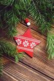 Ramas de madera decorativas de la estrella y del abeto de la Navidad en una madera detrás Fotografía de archivo libre de regalías