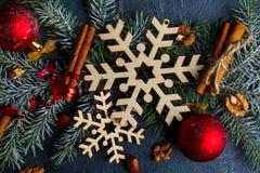 Ramas de Thetree adornadas con los copos de nieve, los juguetes y los palillos de canela Visión desde la tapa Imágenes de archivo libres de regalías
