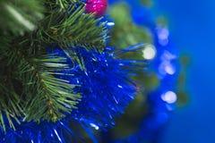 Ramas de un árbol de navidad con las decoraciones azules en un fondo borroso Fotografía de archivo libre de regalías