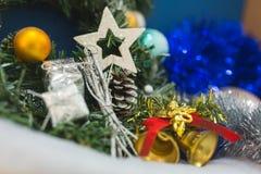 Ramas de un árbol de navidad con las decoraciones hermosas en un fondo borroso Fotografía de archivo libre de regalías