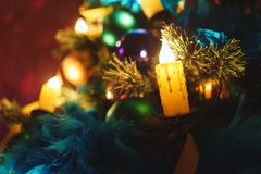 Ramas de un árbol de navidad con las decoraciones hermosas en un fondo borroso Imagen de archivo libre de regalías
