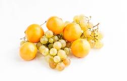 Ramas de uvas maduras y de la mandarina amarilla Fotos de archivo libres de regalías