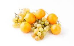 Ramas de uvas maduras y de la mandarina amarilla Imágenes de archivo libres de regalías