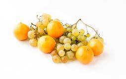 Ramas de uvas maduras y de la mandarina amarilla Fotografía de archivo