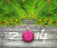 Ramas del árbol de navidad en un fondo de madera. Imagen de archivo