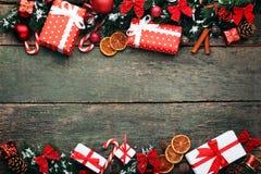 Ramas del abeto con las chucherías y las cajas Imágenes de archivo libres de regalías