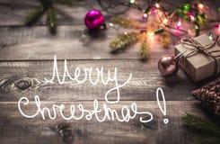 Ramas del abeto y juguetes de la Navidad en la placa Fotos de archivo libres de regalías