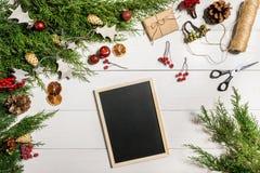 Ramas del enebro con una decoración de la Navidad La Navidad, fondo del Año Nuevo Ramas coníferas del enebro y del negro Imagen de archivo