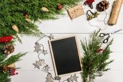 Ramas del enebro con una decoración de la Navidad La Navidad, fondo del Año Nuevo Ramas coníferas del enebro y del negro Fotos de archivo libres de regalías
