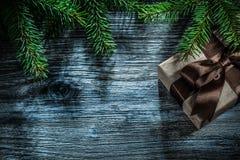 Ramas del pino de la caja del regalo de Navidad en el tablero de madera fotos de archivo
