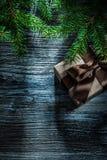 Ramas del pino de la caja del regalo de Navidad en el tablero de madera del vintage foto de archivo