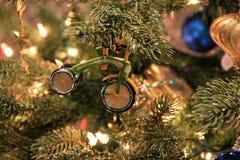 Ramas del pino del árbol de navidad con los ornamentos nostálgicos Foto de archivo libre de regalías