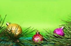 Ramas del pino y juguetes de la Navidad imagen de archivo libre de regalías