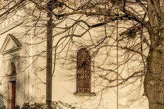Ramas en la ventana de la iglesia del siglo del italiano XVII Fotos de archivo libres de regalías