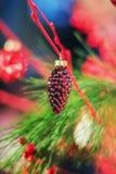 Ramas rojas decorativas con las bayas rojas adornadas con Christma Foto de archivo